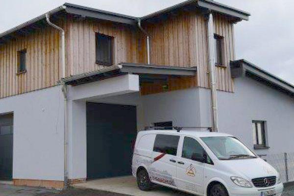 Neues Firmengebäude als Aufbau auf Bestand passend zum Vogtland in Holzfassade